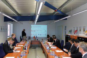Delegationsbesuch im Konferenzraum der Comde-Derenda GmbH